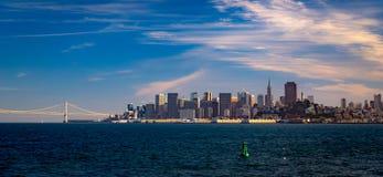 Horizon de San Francisco et le pont de baie images libres de droits