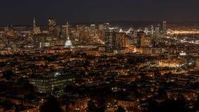 Horizon de San Francisco et pont de baie la nuit images libres de droits