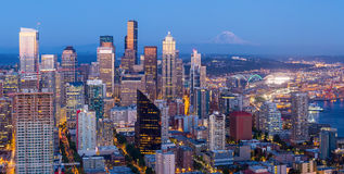 Horizon de Seattle au crépuscule photo stock