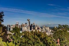 Horizon de Seattle avec le ciel bleu Image libre de droits