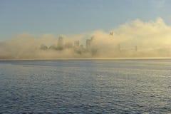 Horizon de Seattle dans le brouillard de matin Photographie stock