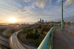 Horizon de Seattle du pont au coucher du soleil Photos libres de droits