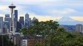 Horizon de Seattle, Washington avec le bâti Ranier le jour nuageux photo stock
