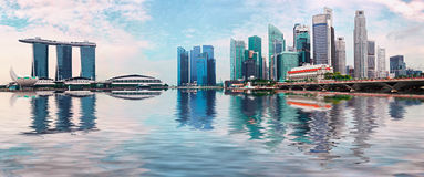 Horizon de Singapour avec des gratte-ciel et réflexion dans l'eau photo libre de droits