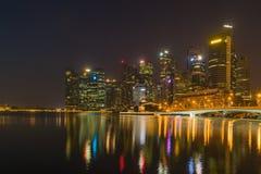 Horizon de Singapour la nuit Photo stock