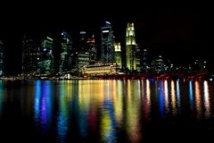 Horizon de Singapour la nuit Photographie stock libre de droits