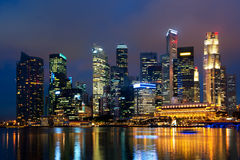 Horizon de Singapour la nuit. Photographie stock libre de droits