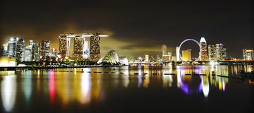 Horizon de Singapour la nuit Photo libre de droits