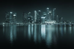 Horizon de Singapour la nuit - gratte-ciel avec des réflexions. Photo stock