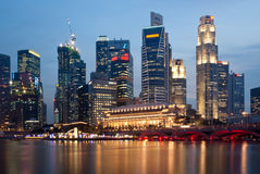 Horizon de Singapour par nuit Photo stock