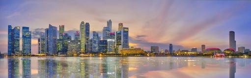 Horizon de soirée du secteur financier de Singapour Photographie stock libre de droits