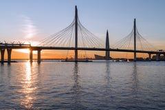 Horizon de St Petersbourg au coucher du soleil avec le pont câble-resté et images libres de droits