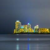 Horizon de Sunny Isles Beach par nuit avec des réflexions sur la surface de l'océan Images libres de droits