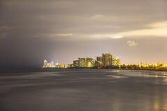 Horizon de Sunny Isles Beach par nuit avec des réflexions sur la surface de l'océan Photos libres de droits
