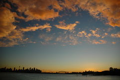Horizon de Sydney avec des nuages de coucher du soleil Photos stock