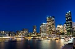 Horizon de Sydney la nuit Bâtiments de local commercial et paysage urbain circulaire de Quay images libres de droits