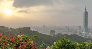 Horizon de Taïpeh à avant le coucher du soleil dans Taïwan en décembre 2016 Images stock