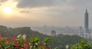 Horizon de Taïpeh à avant le coucher du soleil dans Taïwan en décembre 2016 Photographie stock libre de droits