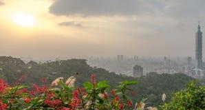 Horizon de Taïpeh à avant le coucher du soleil dans Taïwan en décembre 2016 Photos libres de droits