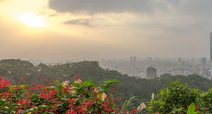 Horizon de Taïpeh à avant le coucher du soleil dans Taïwan en décembre 2016 Photographie stock