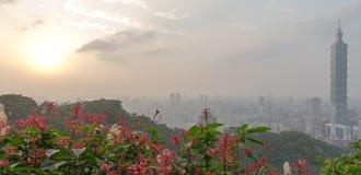 Horizon de Taïpeh à avant le coucher du soleil dans Taïwan en décembre 2016 Photo stock