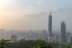 Horizon de Taïpeh à avant le coucher du soleil dans Taïwan en décembre 2016 Images libres de droits