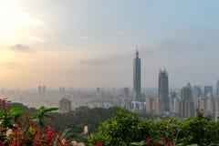 Horizon de Taïpeh à avant le coucher du soleil dans Taïwan en décembre 2016 Photo libre de droits