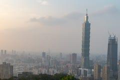 Horizon de Taïpeh à avant le coucher du soleil dans Taïwan en décembre 2016 Image libre de droits