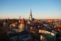Horizon de Tallinn dans les rayons du coucher de soleil Photos stock