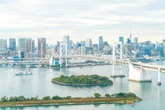 Horizon de Tokyo avec la tour de Tokyo et le pont en arc-en-ciel photos stock