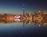 Horizon de Toronto la nuit avec une réflexion Image stock