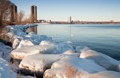 Horizon de Toronto pris de outre de l'île de rivage Images stock