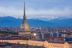 Horizon de Turin au crépuscule, paysage urbain de panorama avec l'apparence d'Antonelliana de taupe Images stock