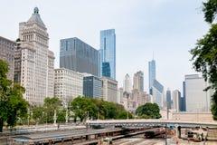 Horizon de Van de binnenstad van Chicago met spoorwegwerf onder brug royalty-vrije stock afbeeldingen