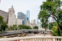 Horizon de Van de binnenstad van Chicago met spoorwegwerf onder brug stock afbeeldingen
