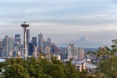 Horizon de van de binnenstad van Seattle met mening van Mt regenachtiger stock fotografie