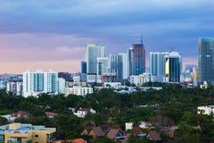 Horizon de van de binnenstad van Miami bij Schemer Stock Afbeeldingen