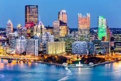 Horizon de van de binnenstad van Pittsburgh, Pennsylvania bij schemer Royalty-vrije Stock Afbeeldingen