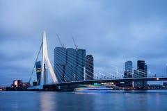 Horizon de Van de binnenstad van Rotterdam bij Schemer Stock Afbeelding