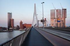 Horizon de Van de binnenstad van Rotterdam bij Zonsondergang Stock Afbeelding