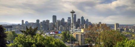 Horizon de van de binnenstad van Seattle met Regenachtiger Onderstel royalty-vrije stock fotografie