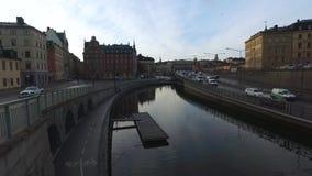 Horizon de Van de binnenstad van Stockholm Zweden bij Zonsondergang van Stadscentrum met Verkeer stock footage