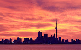 Horizon de van de binnenstad van Toronto bij schemering Stock Fotografie