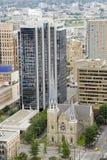 Horizon de Vancouver - église antique et gratte-ciel neufs photographie stock libre de droits
