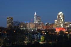 Horizon de ville au crépuscule - Raleigh, la Caroline du Nord photographie stock libre de droits