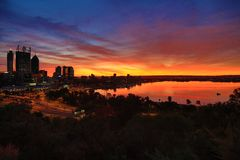 Horizon de ville au lever de soleil Images stock