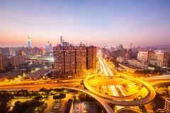 Horizon de ville avec la route de passage supérieur Photographie stock libre de droits