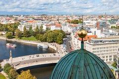 Horizon de ville de Berlin avec la rivière de fête Photos libres de droits