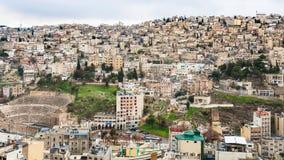 Horizon de ville d'Amman avec le théâtre romain antique Image libre de droits