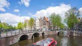 Horizon de ville d'Amsterdam avec le canal et le bateau dans la ville d'Amsterdam, laps de temps des Pays-Bas banque de vidéos